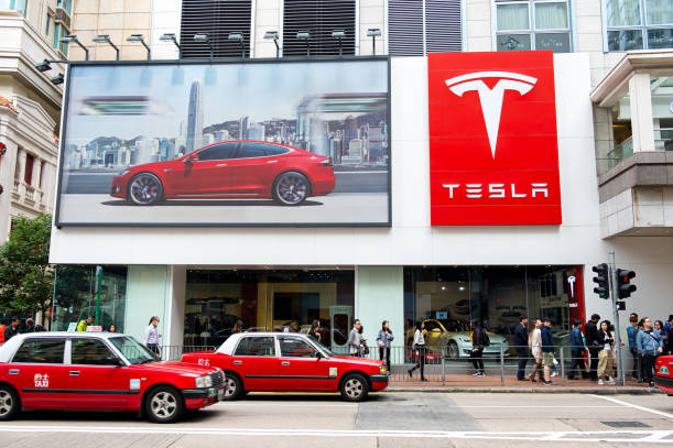 Tesla shares fell nearly 2 % after it was posted a recording of a car bombing in China